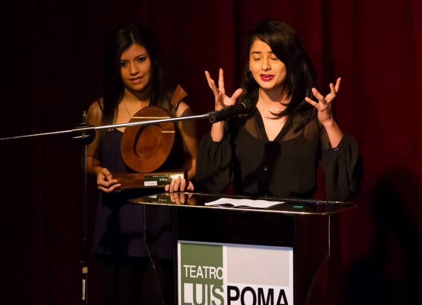 Palabras de aceptación de Lilibeth Rivas (al micrófono) y Emy Stephany de Teatro Zebra.