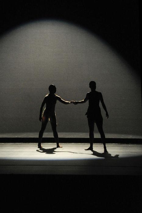 En el espacio Conjunto Gráfico, Isabel Guzmán (izquierda) interpreta una obra de Pablo Caravaca. Fotografía: Jorge Navarro. La Nación.