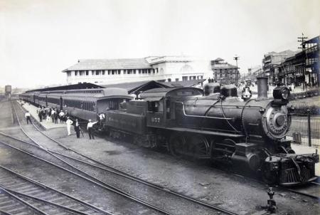 tren-saliendo-estacion-5-de-mayo
